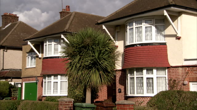 1930s semi-detached houses with bay windows in the rayners lane district of london. available in hd. - erkerfenster stock-videos und b-roll-filmmaterial