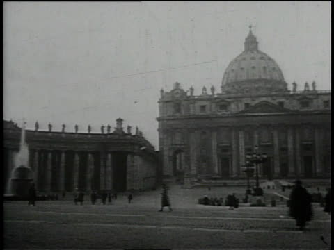 vídeos de stock, filmes e b-roll de 1930s pan st. peters square and the vatican / vatican city, rome, italy - pope