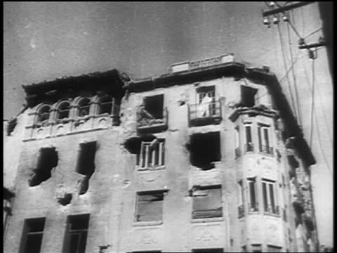 vidéos et rushes de 1930s tilt down bombed out building / spanish civil war - guerre civile