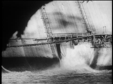vidéos et rushes de 1930s water rushing thru opening in dam / tennessee river valley - autorité