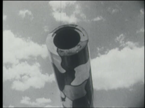 stockvideo's en b-roll-footage met b/w 1930s/1940s close up human cannon ball cannon raising - kanon