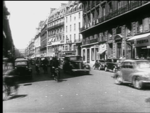 b/w 1940s bicycles + traffic on busy city street / paris, france - beliebiger ort stock-videos und b-roll-filmmaterial