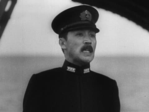 vídeos y material grabado en eventos de stock de 1940s black and white japanese military officer speaking aboard ship - only mature men