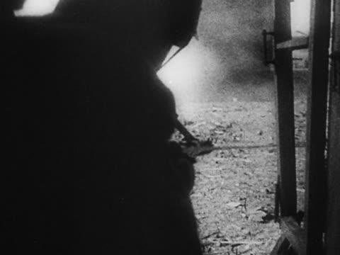 vídeos y material grabado en eventos de stock de 1940s black and white medium shot russian soldier climbing out of window onto street carrying gun / leningrad - sólo hombres jóvenes