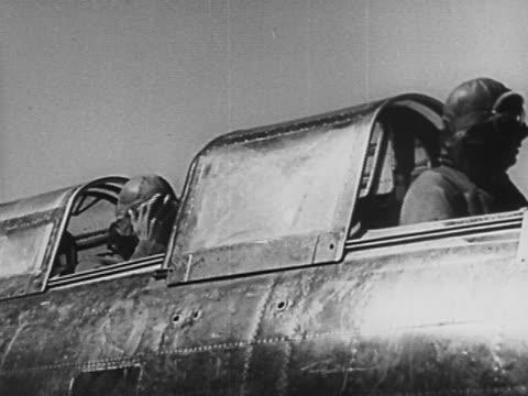 vídeos y material grabado en eventos de stock de 1940s black and white medium shot two japanese pilots flying in fighter plane / looking around and gesturing - sólo hombres jóvenes