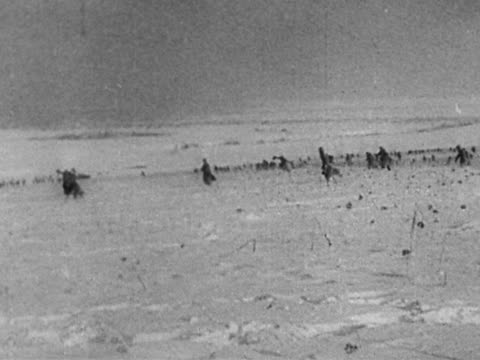 stockvideo's en b-roll-footage met 1940s black and white wide shot russian solidiers running towards each other in snow after victory / leningrad - geallieerde mogendheden