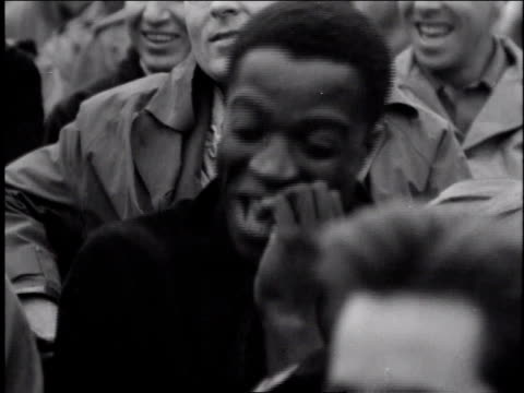 vidéos et rushes de 1940s black soldier laughing and clapping during performance / europe - soldat
