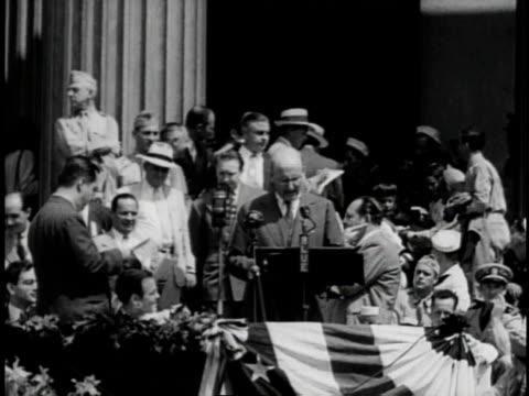 1940s b/w hollywood stars selling us bonds / united states - モンタージュ・ビバリーヒルズ点の映像素材/bロール