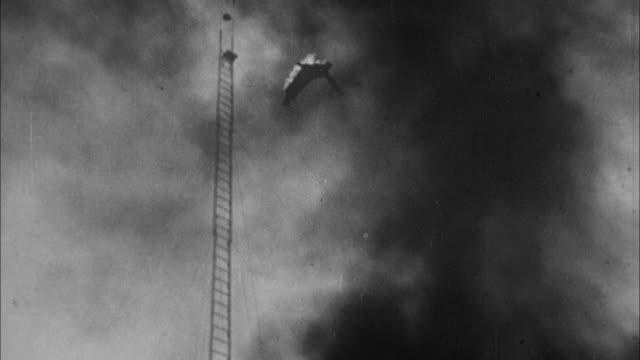 vidéos et rushes de 1940s b/w ws td man on fire dives into pool of water / united states - pataugeoire