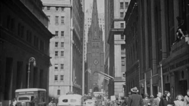 vídeos de stock, filmes e b-roll de 1940s b/w montage buildings and traffic on wall street / new york city, new york, usa - wall street