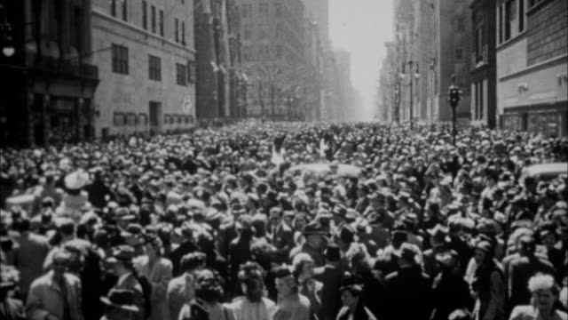 1940s b/w montage easter crowds gathering near st. patrick's cathedral / new york city, new york, usa - osterhase stock-videos und b-roll-filmmaterial