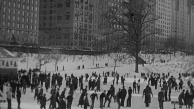 vídeos de stock e filmes b-roll de 1940s b/w montage ice rink in central park / new york city, new york, usa - pista de patinagem no gelo