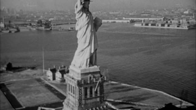 vídeos de stock e filmes b-roll de 1940s b/w montage statue of liberty / new york city, new york, usa - 1930