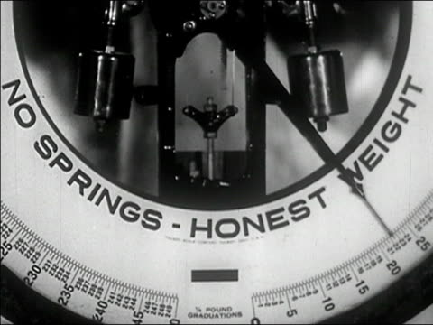 "1940s close up tilt up scale advertising ""honest weight""/ audio - waage gewichtsmessinstrument stock-videos und b-roll-filmmaterial"