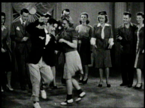 vidéos et rushes de 1940s ws dancers swinging the jitterbug  - rock
