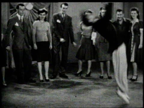 vídeos de stock e filmes b-roll de 1940s ws dancers swinging with dramatic and acrobatic moves - dança jive