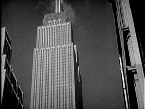 stockvideo's en b-roll-footage met b/w ms td 1940s empire state building and traffic on street / new york city, new york - prelinger archief