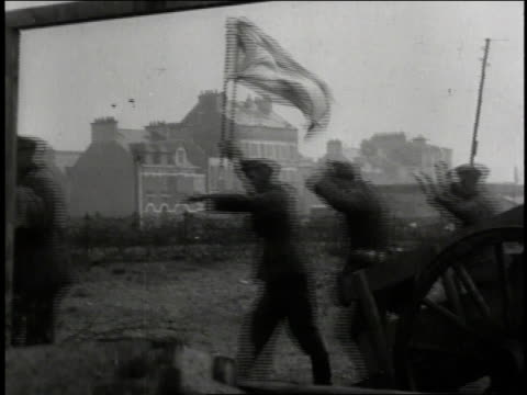vidéos et rushes de 1940s ws enemy soldiers surrendering beneath white flag some wearing bandages with their wrecked field guns left behind / european theater of... - wehrmacht