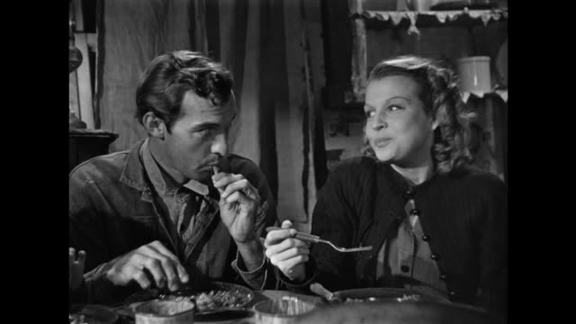 vídeos de stock e filmes b-roll de 1940s family discussion about health benefits of vegetarianism while gratefully enjoying a meat dinner - pratos vegetarianos