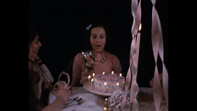 vidéos et rushes de 1940s home movies - girls blowing birthday candles on cake - souffler