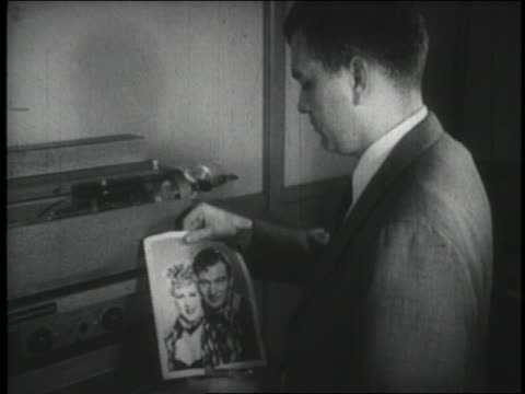 vídeos de stock, filmes e b-roll de b/w 1940s man inserting photo to be transmitted in early fax machine - viúvo