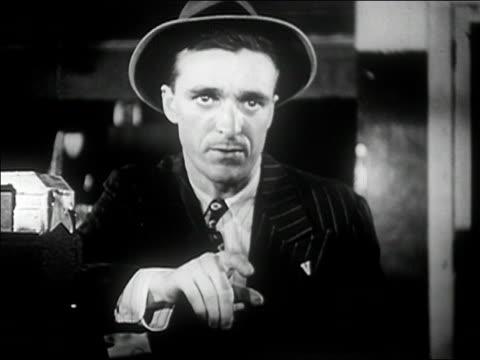 vídeos y material grabado en eventos de stock de 1940s medium shot menacing man pointing and talking/ audio - crimen organizado