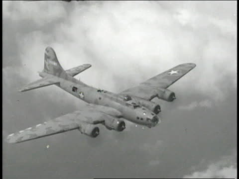 vidéos et rushes de 1940s montage b-17 flying fortresses flying above clouds / european theater of operations - aller tranquillement