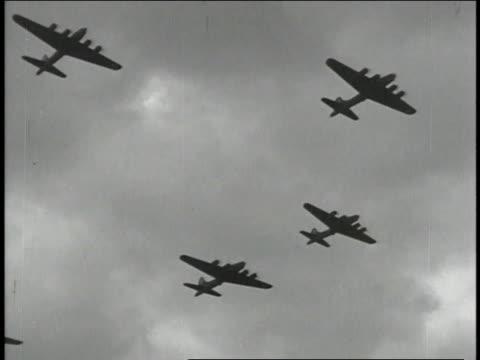 1940s montage b17 flying fortresses in formation flight / european theater of operations - einige gegenstände mittelgroße ansammlung stock-videos und b-roll-filmmaterial