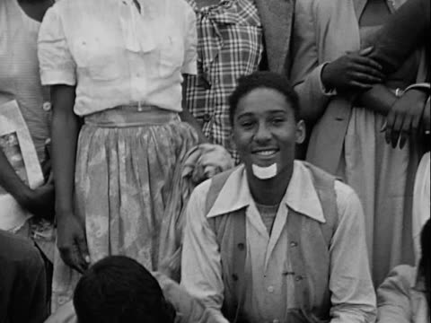 vídeos y material grabado en eventos de stock de 1940s montage b/w group of african-american teenage boys and girls posing for camera and messing about/ greenwood, tulsa, oklahoma, usa - varón