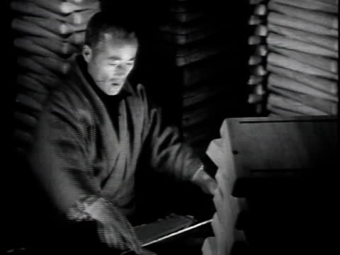 1940s montage family at home making crafts for sale / japan - 団らん点の映像素材/bロール