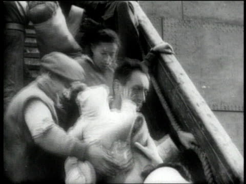 vídeos de stock e filmes b-roll de 1940s montage nurses looking up at ship / ms people leaving ship / ms nurses and military corporal helping people board bus / ws bus departing / ms... - palestino