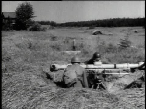 1940s montage soldiers in field aiming and loading artillery / russia - einige gegenstände mittelgroße ansammlung stock-videos und b-roll-filmmaterial