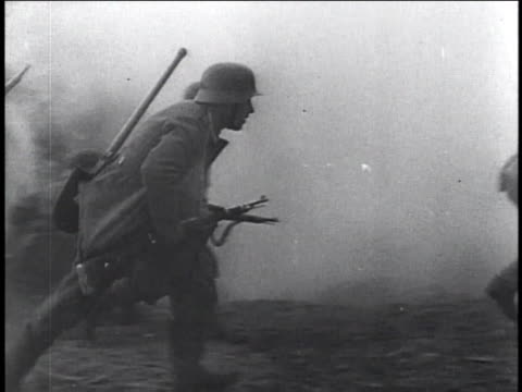 1940s montage soldiers running through smoke / russia - army soldier stock-videos und b-roll-filmmaterial