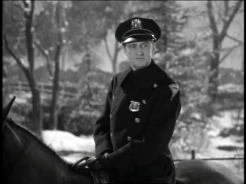 vidéos et rushes de 1940s ms police officer talking to someone while sitting atop a horse / united states - 1945