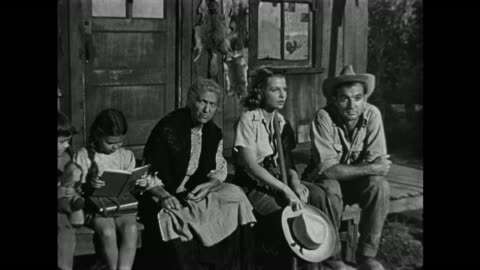 vidéos et rushes de 1940s poor farming family gather on the front steps at twilight to survey their work making a cotton farm - péquenaud