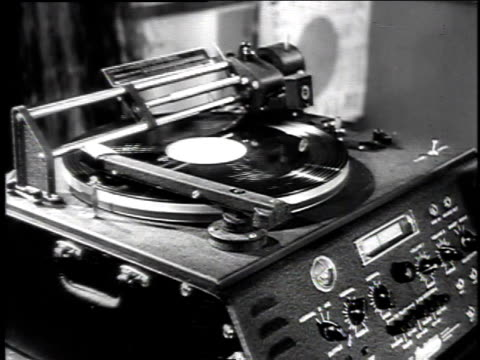 vidéos et rushes de 1940s cu record spinning on a phonograph / united states - platine de disque vinyle