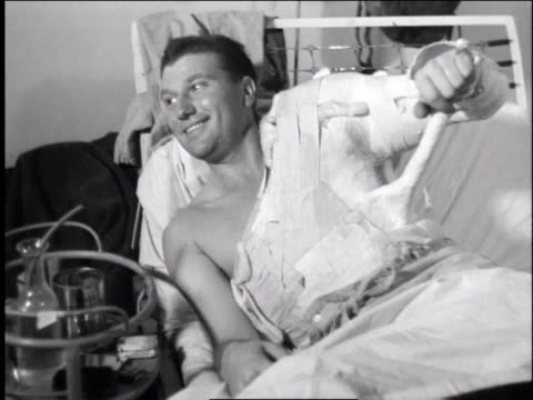vídeos y material grabado en eventos de stock de 1940s soldier in hospital with arm and upper body in cast/ europe - brazo humano