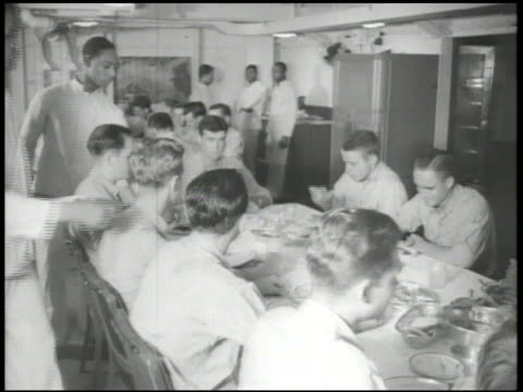 vídeos de stock, filmes e b-roll de united states navy vs us navy pilots sitting eating dining in carrier mess hall vs male playing record disc music crew in sleeping quarters male... - guerra do pacífico