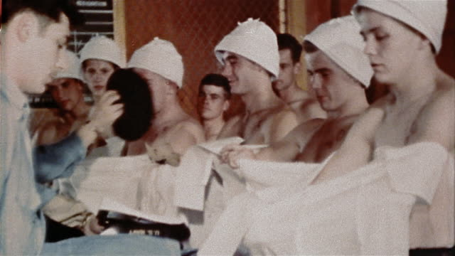 vídeos y material grabado en eventos de stock de 1940s us navy recruits holding bags and receiving uniforms + shoes at naval training center - recluta