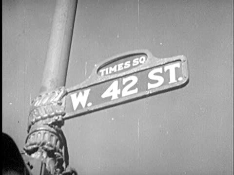 vídeos de stock e filmes b-roll de b/w cu la 1940s 'w. 42 st.' sign at 'times square' / new york city, new york - placa de nome de rua