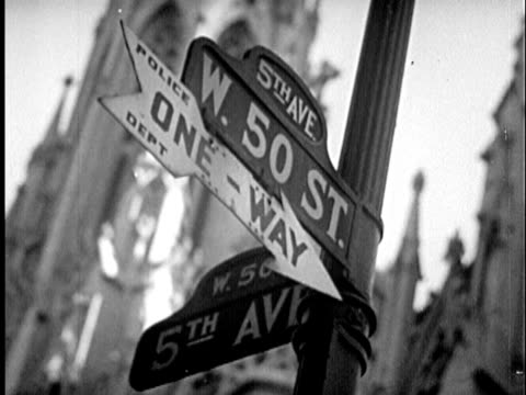 stockvideo's en b-roll-footage met b/w cu la 1940s 'w. 50 st.' sign at 'fifth avenue' / new york city, new york - prelinger archief