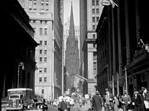 stockvideo's en b-roll-footage met b/w montage 1940s wall street and trinity church / new york city, new york - prelinger archief