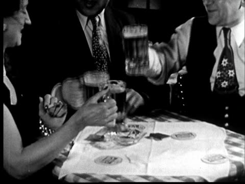 "vidéos et rushes de ""1940s ms woman two men toasting with mugs and drinking beer/ new york, new york"" - trinquer"