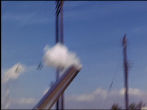 vidéos et rushes de 1940s/50s low angle pan two human cannon balls shooting out of cannon + landing in net / st petersburg, fl - exploit sportif