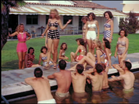 vídeos de stock, filmes e b-roll de 1940s/50s women in swimsuits parading in front of clapping men by swimming pool / st petersburg, fl - beauty queen
