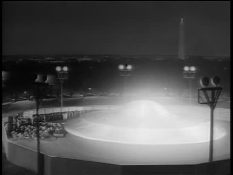 vídeos de stock, filmes e b-roll de b/w 1950s alien spaceship rising from ground in fenced circular area as crowd watches /washington dc - ufo