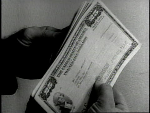 vídeos de stock, filmes e b-roll de 1950s b/w hands holding savings us savings bonds / united states - ação da bolsa de valores