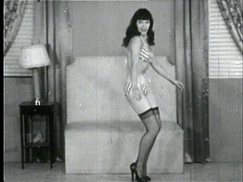 vídeos de stock, filmes e b-roll de 1950s b/w zo ws zi td tu model, bettie page, dancing in bikini and stockings/ usa - biquíni
