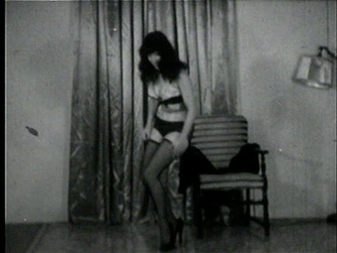 stockvideo's en b-roll-footage met 1950s b/w zo tu ws model, bettie page, dancing in undergarments and stockings/ usa - ondergoed