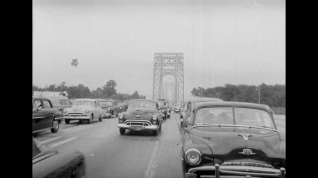 vidéos et rushes de 1950s cars going over the george washington bridge in new york city. - new jersey